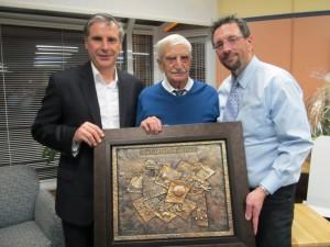 Dr. Gérard Desrosiers accompagné de son fils et de Guy Veillette, maire, à l'occasion du 50e anniversaire de la bibliothèque